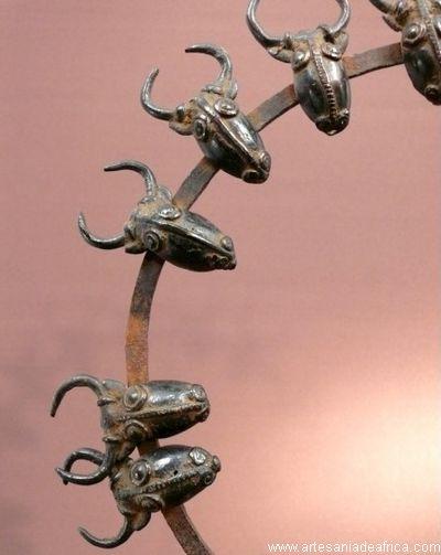 483e6a4f4dd1 Artesania de Africa. Bronces y forjas collar de jefe etnia bamúm. ganado